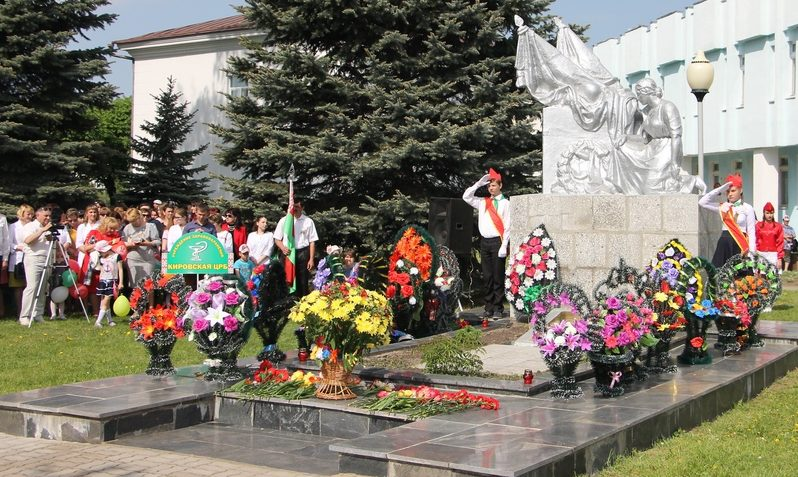 г. Кировск. Памятник, установленный на братской могиле, в которой похоронено 40 советских воинов, в т.ч. 30 неизвестных, погибших в годы войны.