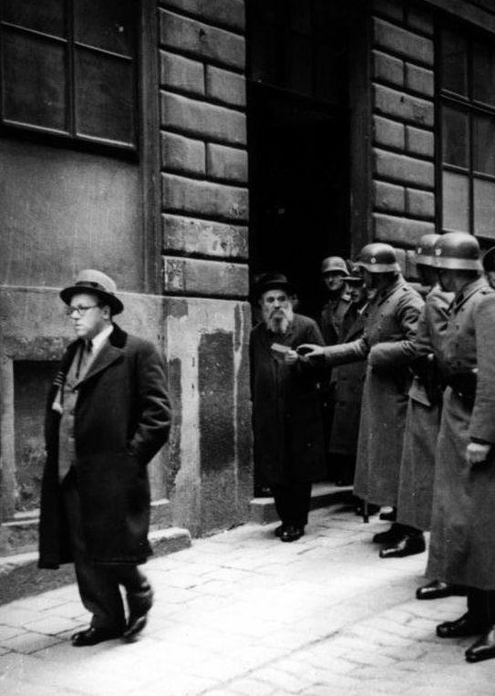 Возвращение беглых евреев в гетто. 1938 г.