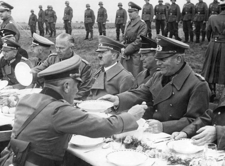 Гейнц Гудериан, Адольф Гитлер, Вильгельм Кейтель, Конрад Генлейн, Вальтер фон Райхенау, Генрих Гиммлер после захвата Судетской области. 1938 г.