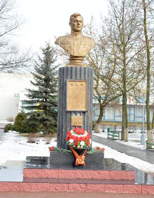 п. Глуск. Памятник дважды Герою Советского Союза Степану Шутову.