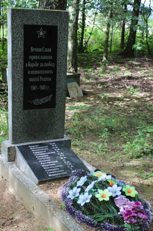 д. Турье Чериковского р-на. Памятник установлен в 2007 году на братской могиле, в которой похоронено 14 советских воинов, в т.ч. 4 неизвестных, погибших в годы войны.