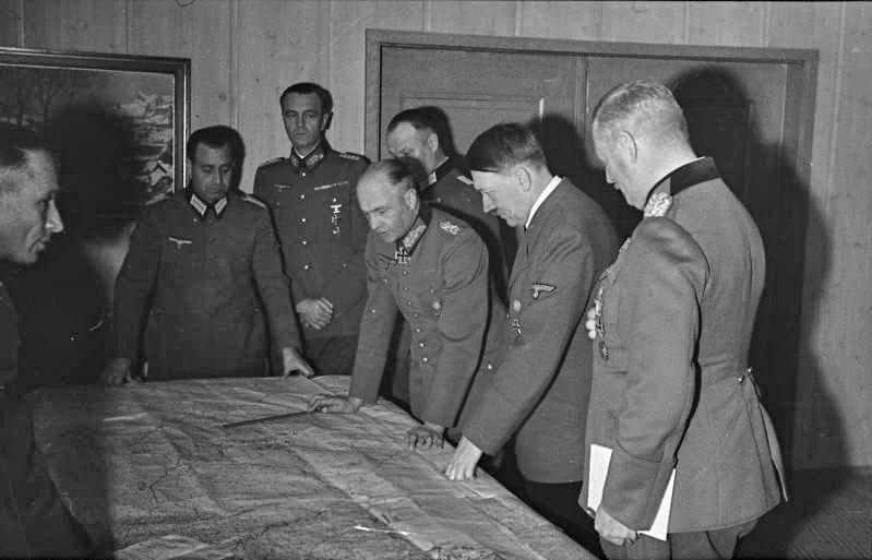 Вальтер фон Браухич на совещании у фюрера. 1941 г.