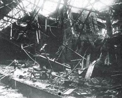 Упавшие конструкции перекрытий в новокузовном цехе.