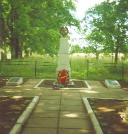 г. Кировск. Памятник по улице Орловского, установленный на братской могиле, в которой похоронено 77 советских воинов, в т.ч. 36 неизвестных, погибших в годы войны.