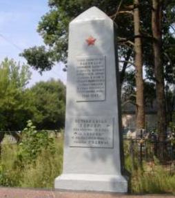 д. Доколь Глусского р-на. Памятник, установленный на братской могиле, в которой похоронено 6 партизан, в т.ч. 1 неизвестный, погибших в годы войны.