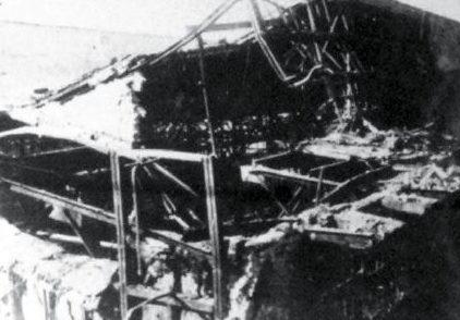 Крыша рессорного цеха, пробитая авиабомбой.