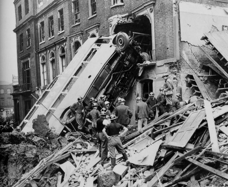 Автобус, опрокинутый взрывом. 9 сентября 1940 г.