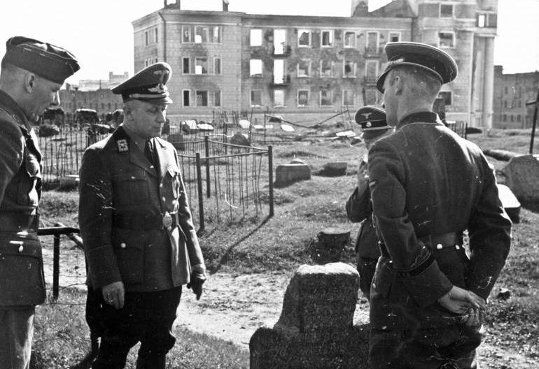 Вильгельм Кубе на польском кладбище в минске. 1943 г.
