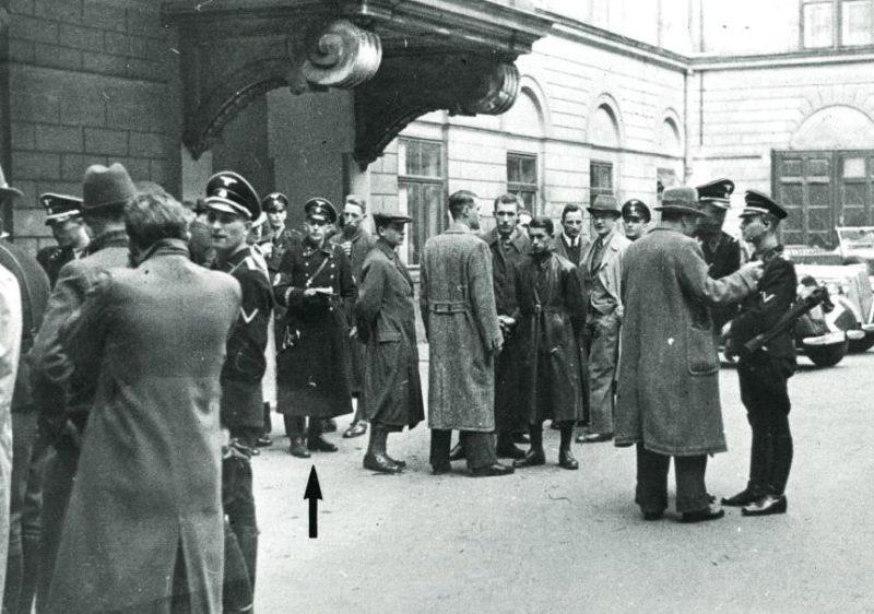 Полиция и офицеры СС у входа в офис еврейской общины. 1938 г.