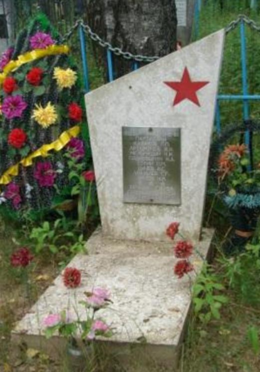 д. Техтин Белыничского р-на. Братская могила на кладбище, в которой похоронено 7 партизан, погибших в 1943-1944 годах.
