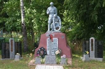 д. Козуличи Кировского р-на. Памятник, установленный на братской могиле, в которой похоронено 318 советских воинов, в т.ч. 71 неизвестный, погибших в годы войны.