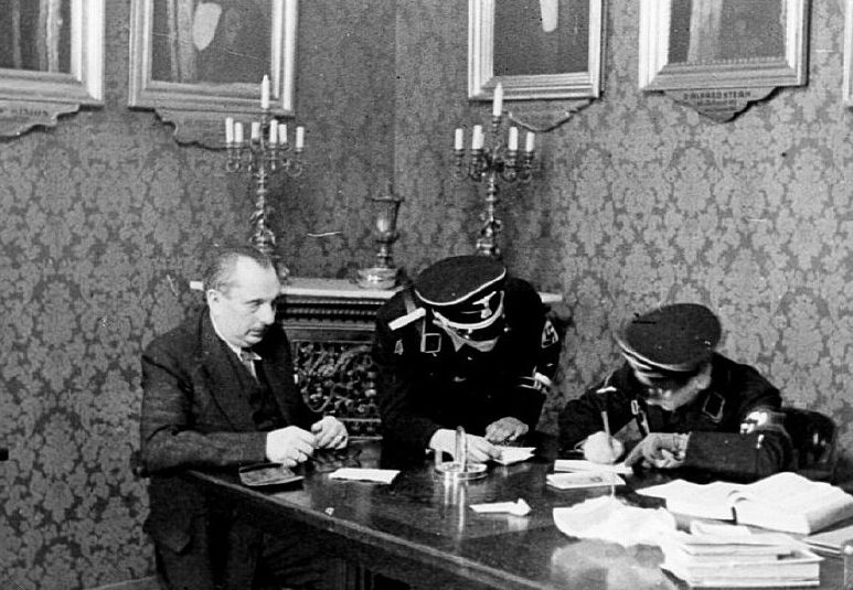 Сотрудники СС проводят обыск в офисе еврейской общины. 1938 г.