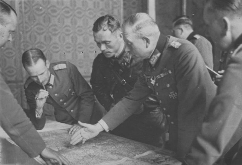 Гейнц Гудериан и батальонный комиссар Владимир Боровицкий. Брест. 1939 г.