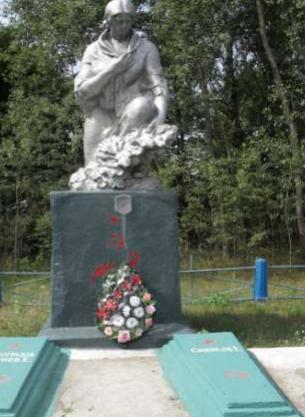 д. Крюковщина Глусского р-на. Памятник «Скорбящая мать», установленный на братской могиле, в которой похоронено 14 партизан, погибших в 1942-1943 годах.