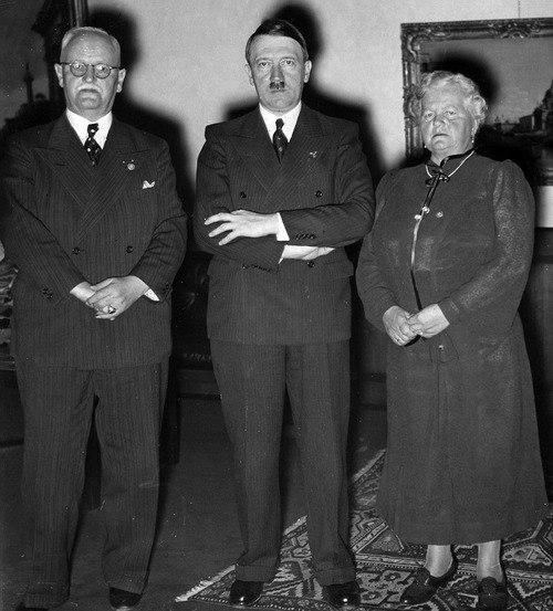 Франц Шварц с женой и Адольф Гитлер. 1938 г.