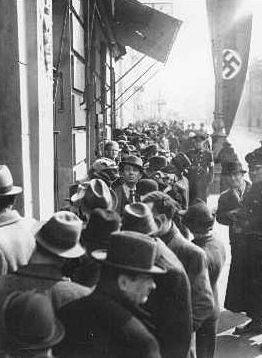 Евреи в очереди за визами у польского посольства. Апрель 1938 г.