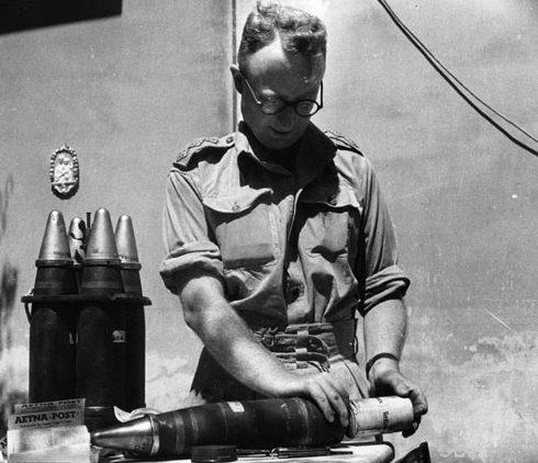 Начинка снарядов листовками. Ливан, 1943 г.