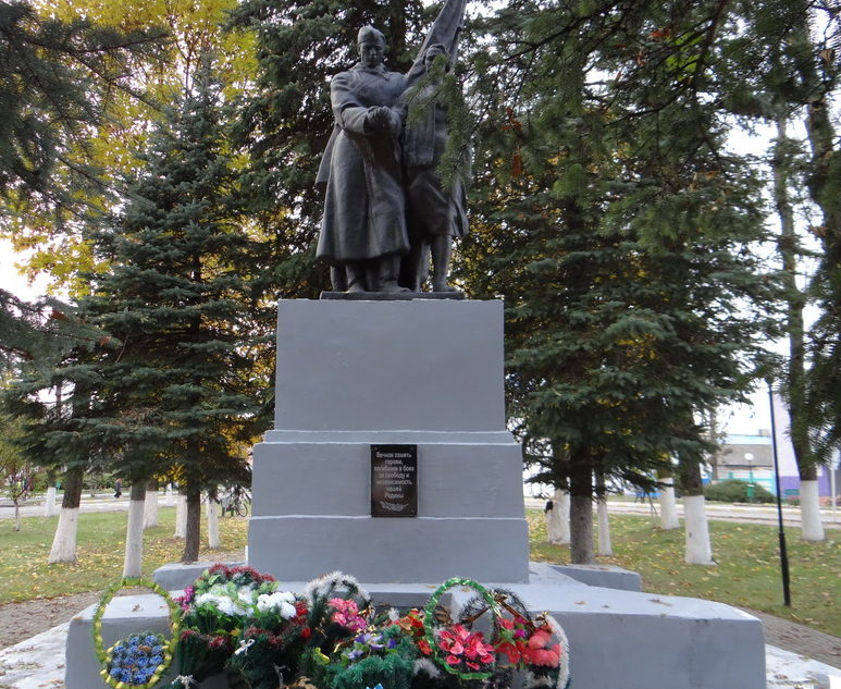 г. Чериков. Памятник в сквере по улице Болдина, установлен для увековечения памяти 235 воинов, партизан и подпольщиков – уроженцев Черикова, которые погибли в годы войны.