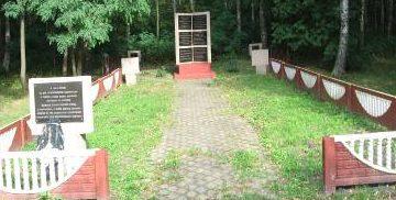 д. Любоничи Кировского р-на. Памятник, установленный на братской могиле, в которой похоронено 16 советских воинов, погибших в годы войны.