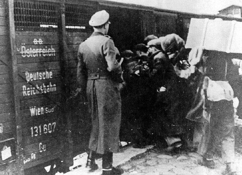 Погрузка депортированных евреев. 1938 г.