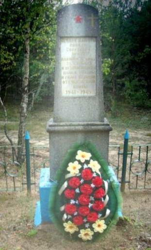 д. Макраны Глусского р-на. Памятник, установленный в 1968 году на братской могиле, в которой похоронено 44 советских воина, погибших в 1941 году.
