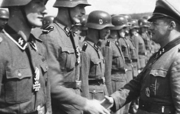 Отто Вёлер вручает награды солдатам. 1943 г.