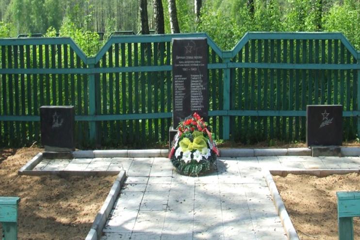 д. Сидоровичи Могилевского р-на. Братская могила на сельском кладбище, в которой похоронено 39 воина, в т.ч. 23 неизвестных.