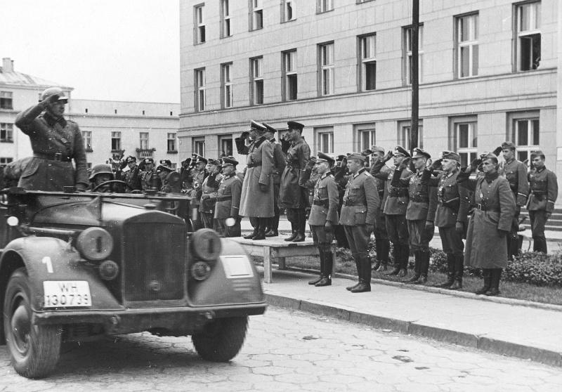 Гейнц Гудериан и комбриг Семен Кривошеин. Брест-Литовск. 1939 г.