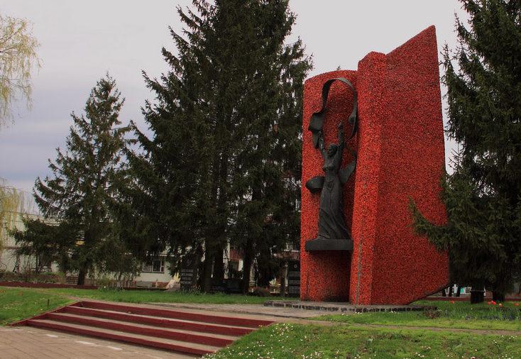 д. Мышковичи Кировского р-на. Мемориал «Славы» - памятник погибшим 132 односельчанам, установленный в 1983 году.
