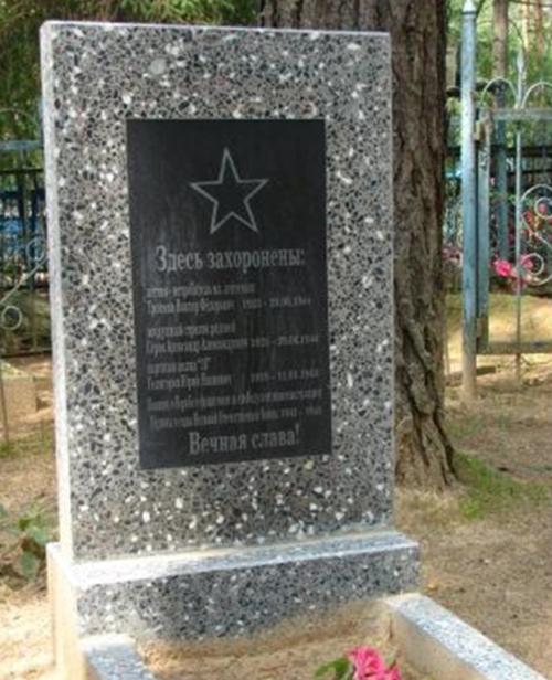д. Эсьмоны Белыничского р-на. Братская могила на кладбище, в которой похоронено 2 летчика и партизан 13-го полка, погибшие в 1944 году.