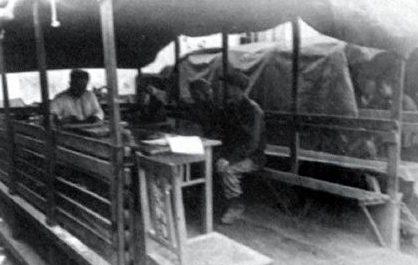 Импровизированный «кабинет» начальника главного конвейера, организованный на улице под брезентовым тентом.
