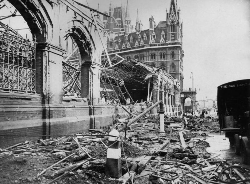 Разрушения части зданий лондонского вокзала Сент-Панкрас. 19 сентября 1940 г.