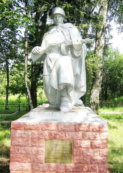 д. Ботвиньево Горецкого р-на. Памятник, установленный на братской могиле, в которой похоронено 566 советских воинов, погибших в годы войны.
