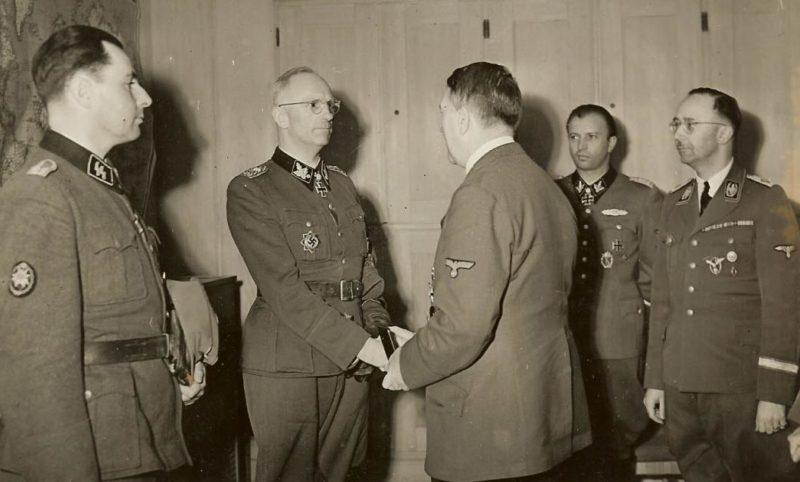 Герберт Гилле принимает награду из рук фюрера. 1939 г.