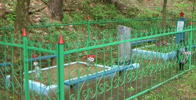 г. Чериков. В братских могилах, которые находятся в трех километрах от кольца по автодороге Р-43, похоронено 7 советских воинов, погибших в 1941 году.