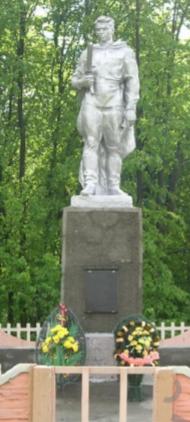 д. Горбовичи Чаусского р-на. Братская могила в центре села, в которой похоронено 20 воинов.