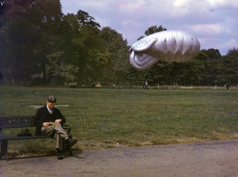 Заградительный аэростат в парке. 1940 г.