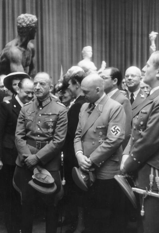 Фриц Заукель на выставке. Париж. 1942 г.