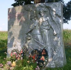 д. Новые Столпище Кировского р-на. Памятник, установленный на братской могиле, в которой похоронено 100 советских воинов, в.т.ч. 79 неизвестных, погибших в 1944 году.
