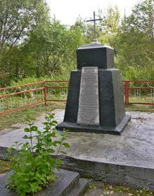 г. Чериков. Памятник на месте расстрела евреев. В октябре 1941 года за городской мельницей на торфоразработке (урочище Мостовое) было расстреляно 300 евреев. После войны их прах был перезахоронен на городском кладбище.
