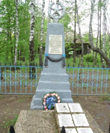 д. Дедня Чаусского р-на. Братская могила, в которой похоронено 65 воинов.