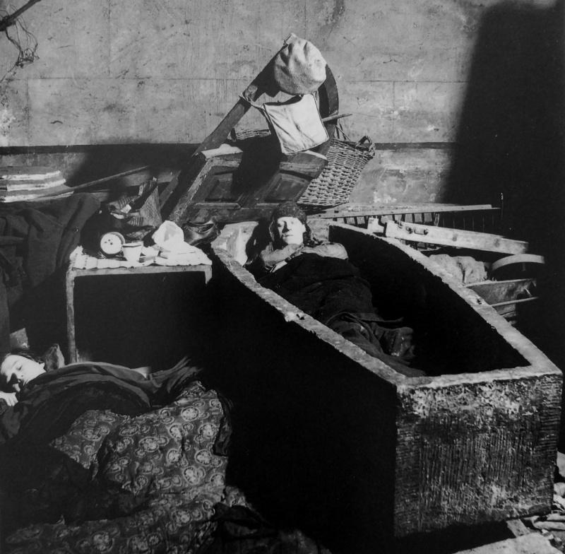 Ночлег в крипте церкви Христа в городском районе Спиталфилдс. 1940 г.