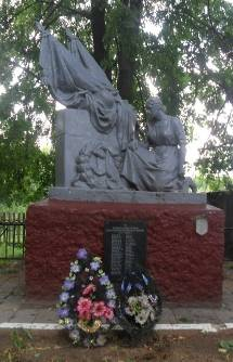 д. Павловичи Кировского р-на. Памятник, установленный на братской могиле, в которой похоронено 44 советских воинов, в т.ч. 15 неизвестных, погибших в годы войны.