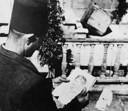 Чтение листовок в Ливане.