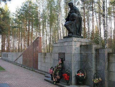 д.Усакино Кличевского р-на. Памятник на мемориальном комплексе «Усакино», установлен на 18 братских могилах, где похоронено 402 партизана, погибших в годы войны.
