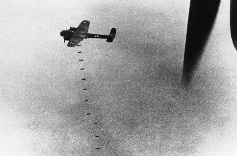 Бомбардировщик «Do 17» сбрасывает бомбы. 20 сентября 1940 г.
