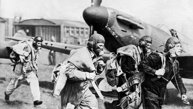 Пилоты бегут к своим истребителям «Спитфайр» Mk.I по сигналу воздушной тревоги. 1940 г.