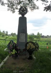 д. Павловичи Слобода, Кировского р-на. Памятник, установленный на братской могиле, в которой похоронено 20 советских воинов, погибших в годы войны.