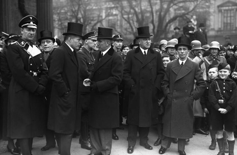 Иоганн Шверин и фон Папен. 1934 г.
