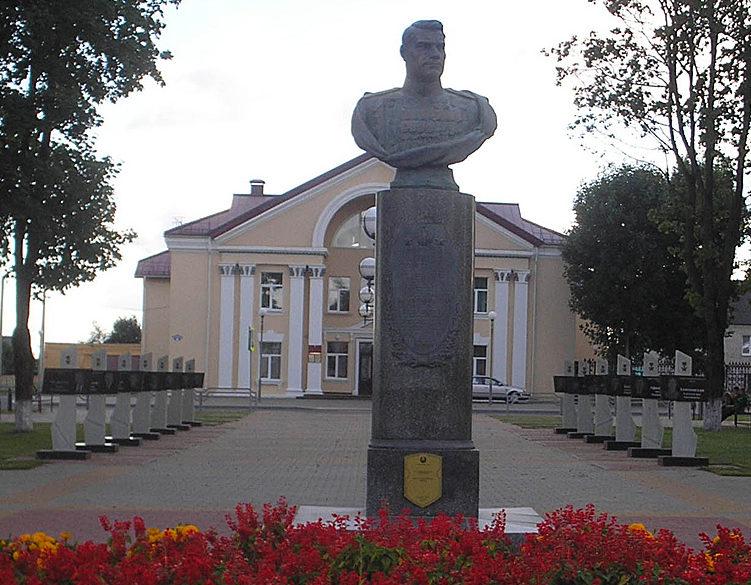 г. Горки. Бюст дважды Герою Советского Союза Маршалу Советского Союза Ивану Якубовскому, установленный на Алее Героев.